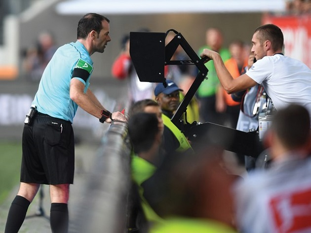 Premier League referees to be advised to use pitchside VAR monitors more often - Bóng Đá