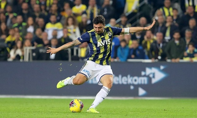 Leicester and Crystal Palace have reportedly maintained interest in £17m player (Ozan Tufan) - Bóng Đá