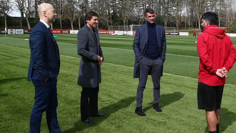 HLV AC Milan đã gửi thông điệp về tương lai đến cựu CEO Arsenal - Bóng Đá