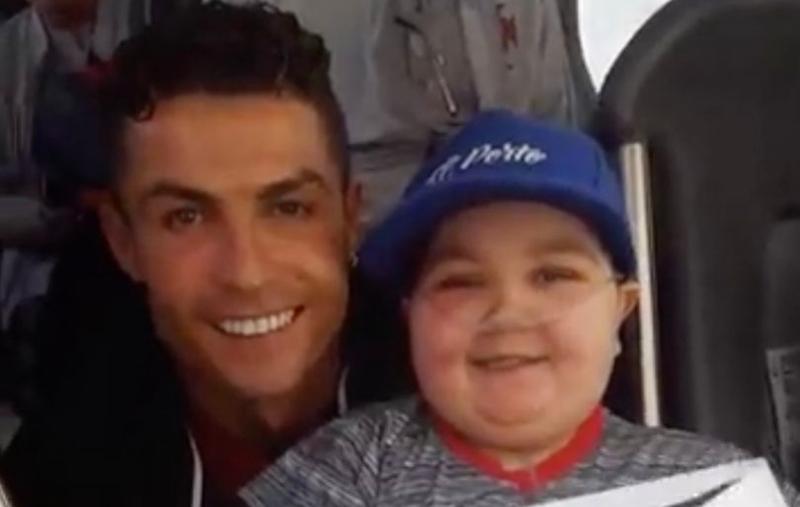 Ronaldo đốn tim fan với hành động này - Bóng Đá