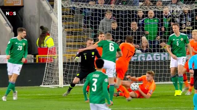Matthijs de Ligt để bóng chạm tay trong trận gặp Bắc Ireland - Bóng Đá