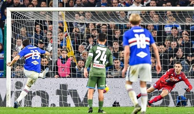 CĐV Sampdoria ném pháo vào thủ môn đội nhà, giúp Napoli chiến thắng - Bóng Đá