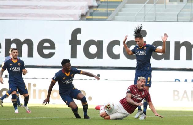 Smalling mắc lỗi khiến AS Roma thua AC Milan - Bóng Đá