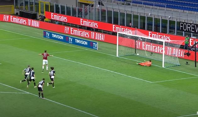Chọc tức Ibrahimovic trên chấm phạt đền, Ronaldo nhận cái kết đắng - Bóng Đá
