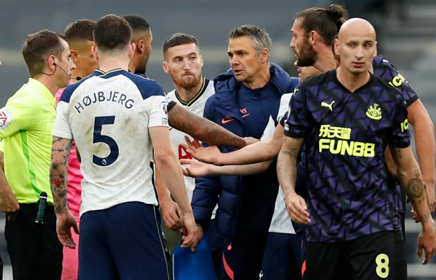 Tottenham coach handed fine and ban after VAR penalty protest - Bóng Đá