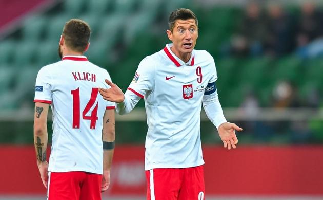 """Nc247info tổng hợp: """"Nghệ sĩ"""" Lewandowski biến ảo khó lường, khiến Italia mất ngôi đầu bảng"""