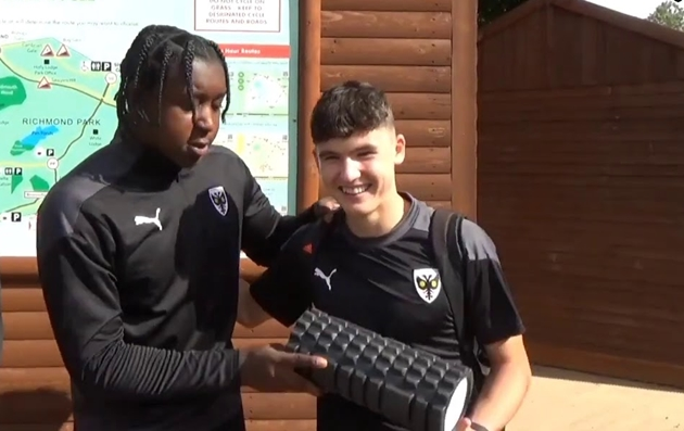 Chelsea, Arsenal and Leeds United are reportedly in a fight to sign AFC Wimbledon starlet Quaine Bartley - Bóng Đá