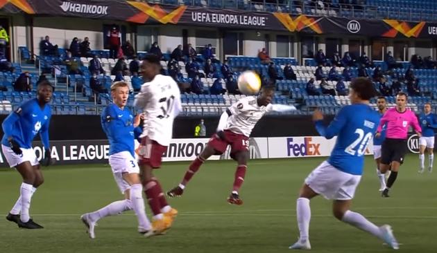 Tiền vệ người Bờ Biển Ngà ngoặt bóng rồi dứt điểm như Arjen Robben. Tuy nhiên, cú sút của anh lại đưa bóng đi vọt xà ngang.