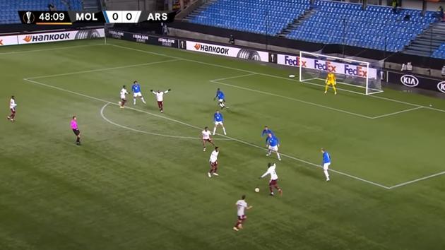 Đến phút 49, thêm 1 lần nữa Nicolas Pepe có cơ hội dứt điểm từ ngoài vòng cấm.