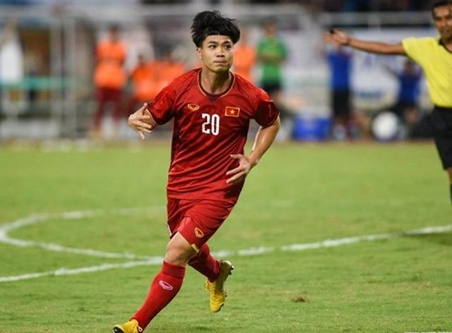Vẫn được HLV Park Hang-seo bố trí chơi lệch phải giống như trận gặp U23 Palestine, Công Phượng đã chơi không quá ấn tượng nhưng những pha đi bóng lắt léo của cầu thủ này cũng khiến hàng thủ U23 Uzbekistan đôi lúc bối rối.