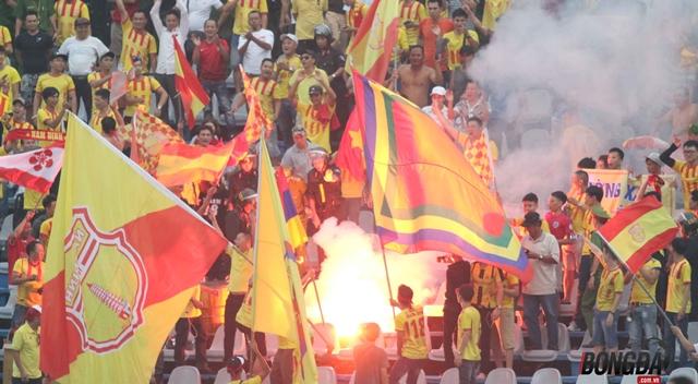 VFF bị AFC phạt vì để CĐV đốt pháo sáng - Bóng Đá
