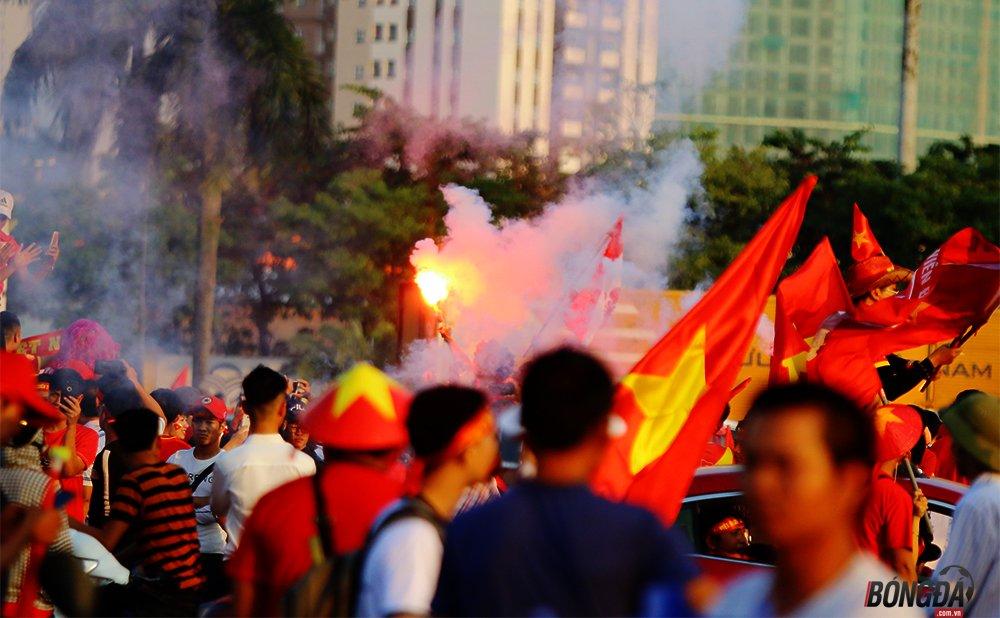 Chưa kịp tiếp lửa ĐT Việt Nam, một CĐV đã đột quỵ bên ngoài sân Mỹ Đình - Bóng Đá