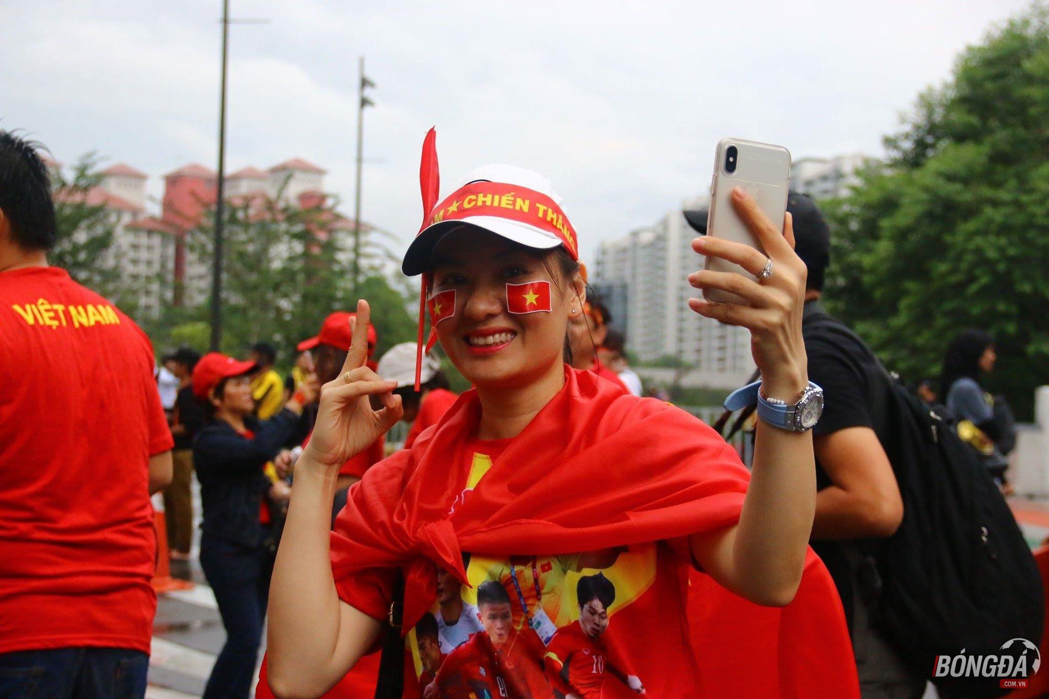 Fan nữ Việt tỏa sắc bên ngoài