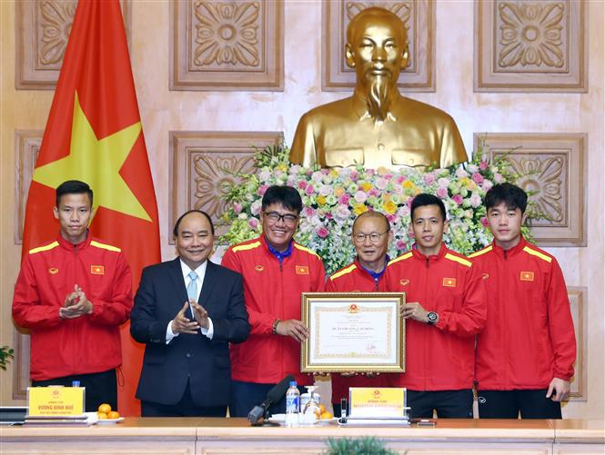 Thủ tướng tặng huân chương cho HLV Park Hang-seo và Quang Hải - Bóng Đá