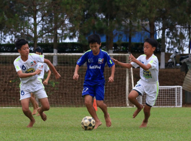 Điểm tin bóng đá Việt Nam sáng 18/03: Em họ Công Phượng xuất sắc hơn cả