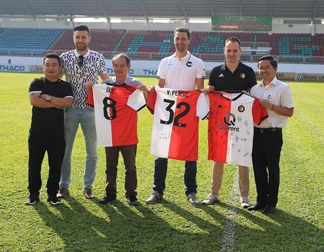 Đội bóng của Robin Van Persie đặt vấn đề hợp tác với HAGL - Bóng Đá