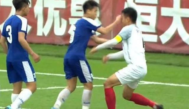 Đấm cầu thủ Trung Quốc khâu 6 mũi, đàn e Quang Hải có nguy cơ bị VFF