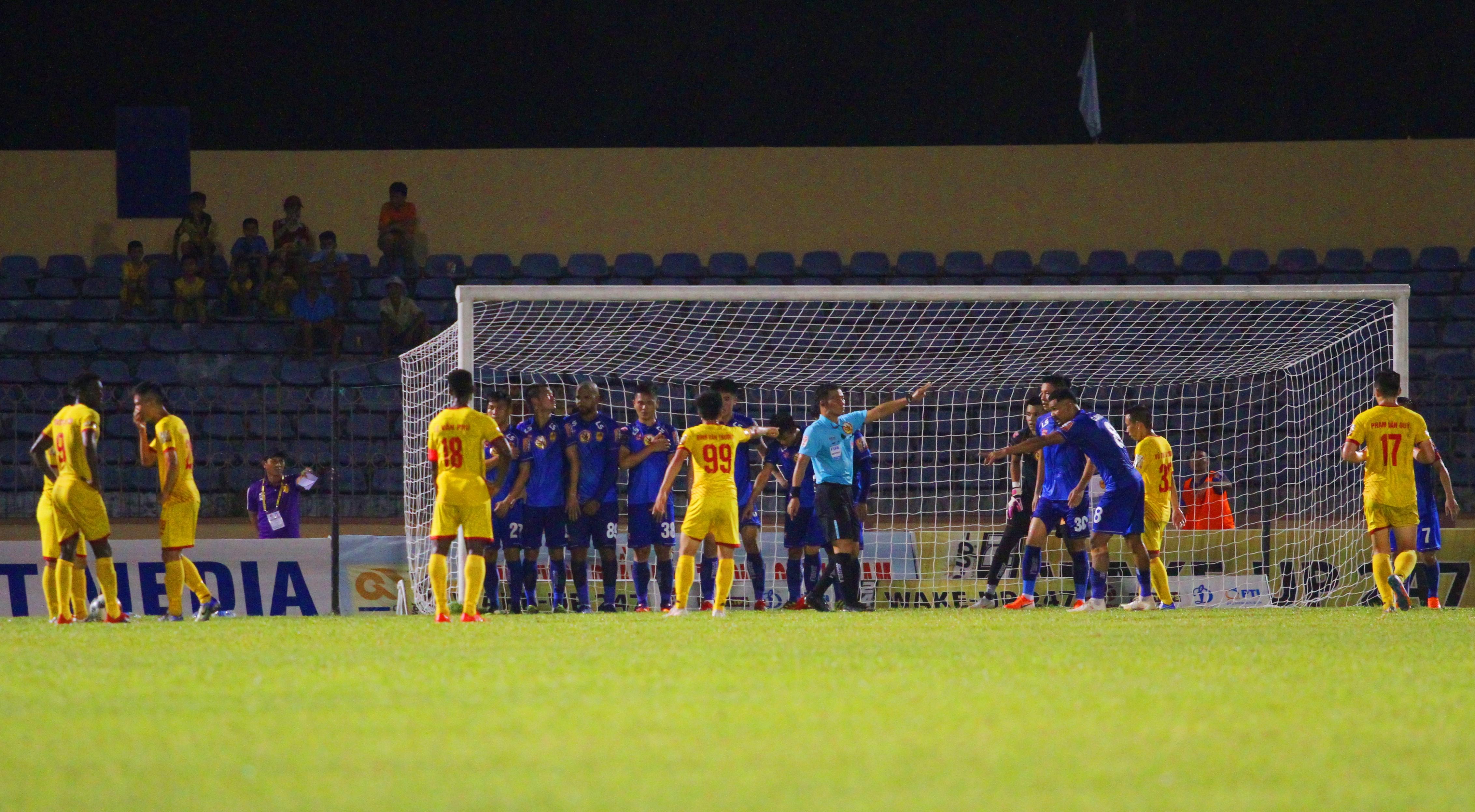 Cựu thủ môn ĐT Việt Nam khóc trong cabin khi mắc sai lầm tai hại - Bóng Đá