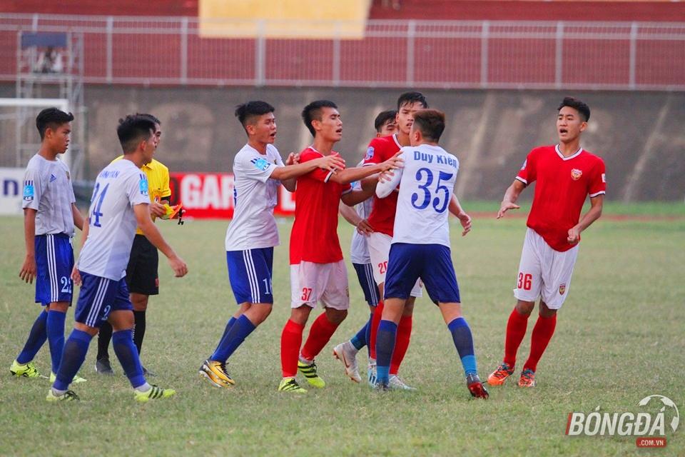 Nhận thẻ đỏ, cầu thủ trẻ HAGL đòi đánh trọng tài - Bóng Đá