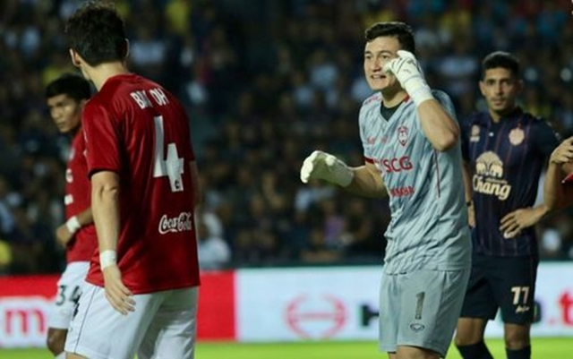 Văn Lâm giúp Muangthong United đánh bại đội bóng cũ Xuân Trường ở trận