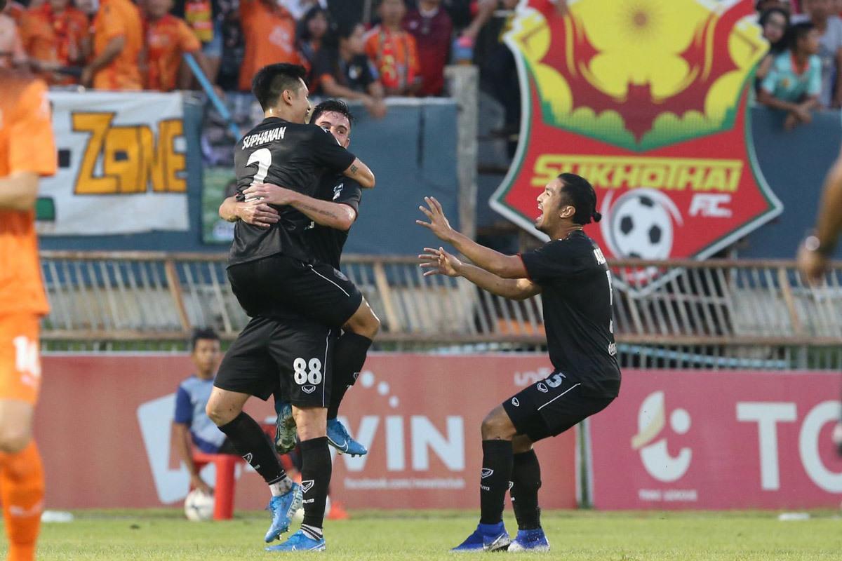 Văn Lâm cản penalty, Muangthong United tiếp tục bay cao tại Thai League - Bóng Đá