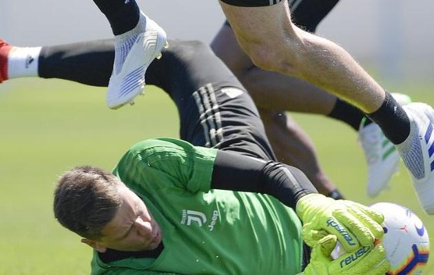 Không được nghe tiếng nhạc C1, Cristiano Ronaldo cùng đồng đội thư giãn sân tập - Bóng Đá