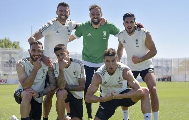 Không đá C1, Cristiano Ronaldo cùng đồng đội nhí nhảnh chụp ảnh trên sân tập - Bóng Đá
