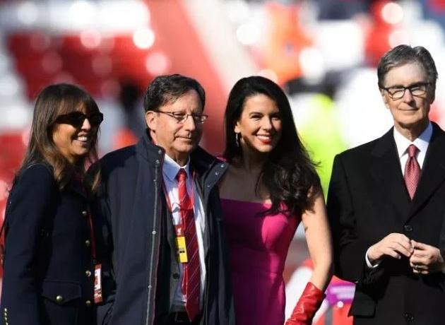 Vợ chủ tịch Liverpool đi giày cao gót đá bóng - Bóng Đá