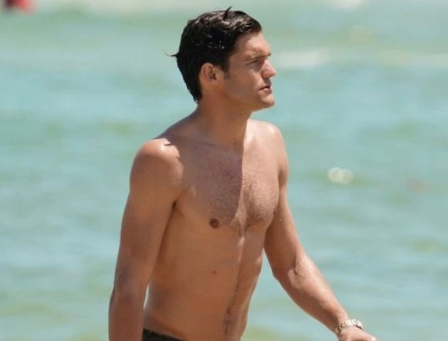 Marcos Alonso plays football on beach with stunning girlfriend Stephania - Bóng Đá