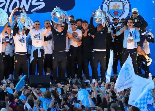 Man City cùng cổ động viên ăn mừng tưng bừng trên phố - Bóng Đá