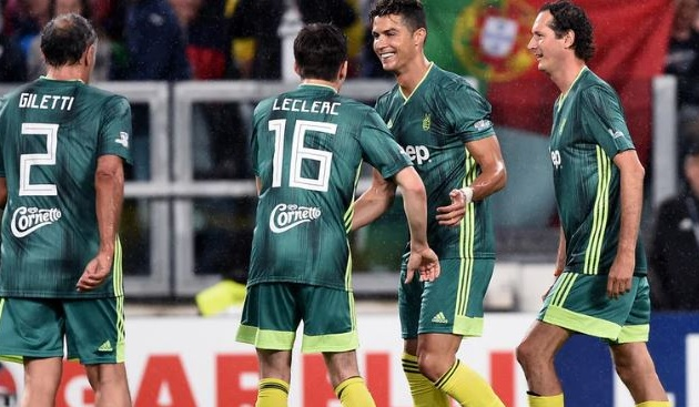 Chùm ảnh: Ronaldo suýt lập lại siêu phẩm vào lưới Buffon - Bóng Đá