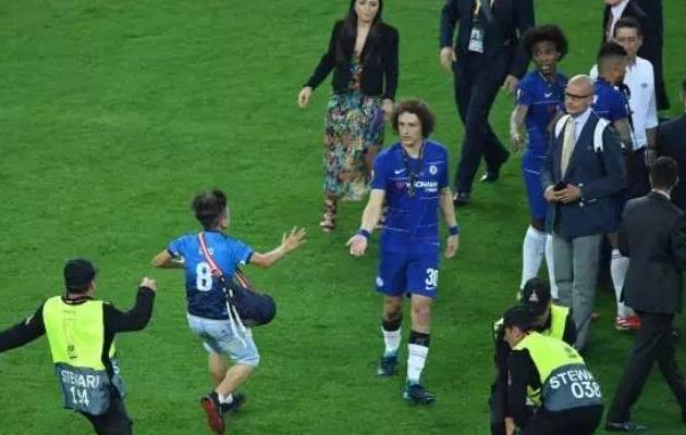 David Luiz bảo vệ cậu bé chạy xuống sân trước các nhân viên an ninh - Bóng Đá