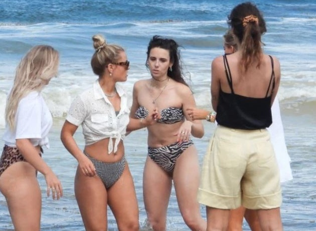 Ajax pair De Ligt and De Jong's stunning Wags frolic on the beach at model photo shoot - Bóng Đá
