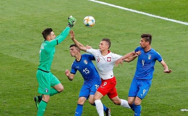 Đánh bại chủ nhà Ba Lan,