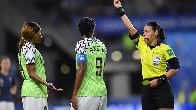 Nhờ VAR giúp đến 2 lần, chủ nhà World Cup mới thắng được Nigeria - Bóng Đá
