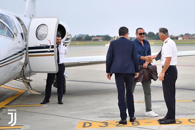 Chùm ảnh: CHÍNH THỨC đến Juventus, Sarri ăn mặc cực kỳ giản dị - Bóng Đá