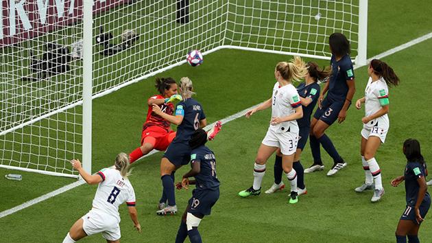 ảnh trận: Nữ Pháp - Mỹ (sáng lên) - Bóng Đá
