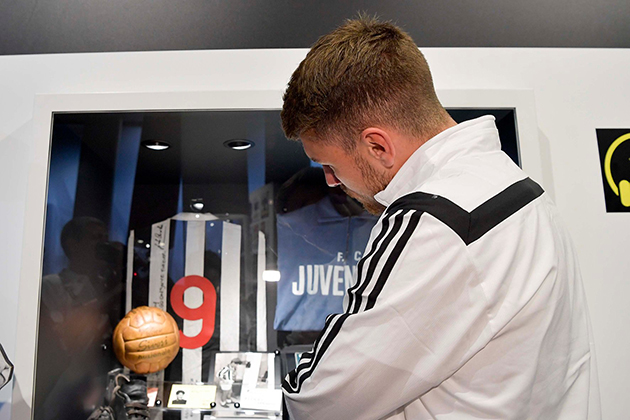 (ảnh) Aaron Ramsey trầm trồ trước kho thành tích vĩ đại của Juventus - Bóng Đá