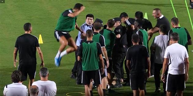 Ronaldo làm hành động lạ, suýt 'đánh người' trên sân - Bóng Đá