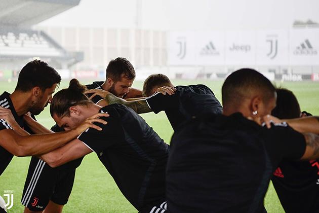 Vắng HLV Sarri, dàn sao Juventus vẫn miệt mài tập luyện - Bóng Đá