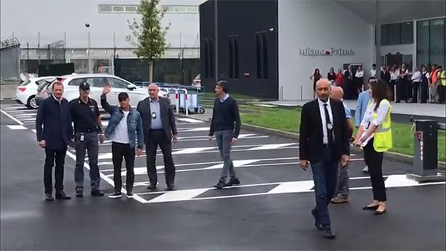 Sanchez arrives Milan - XONG! 'Sao thất sủng' Manchester United xuất hiện ở Milan (SANCHEZ) - Bóng Đá
