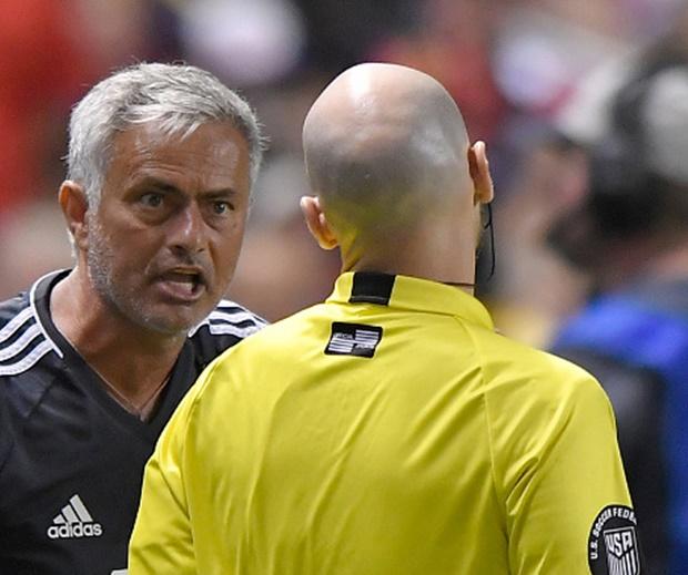 Mourinho nói gì về chiếc thẻ đỏ của Valencia? - Bóng Đá