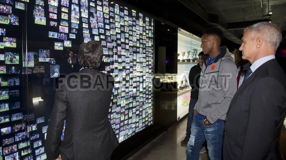 Yerry Mina đến phòng truyền thống của Barca - Bóng Đá