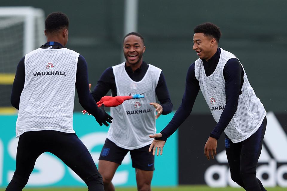 Tuyển Anh chơi ném gà trống nhồi bông trước trận gặp Pháp - Bóng Đá