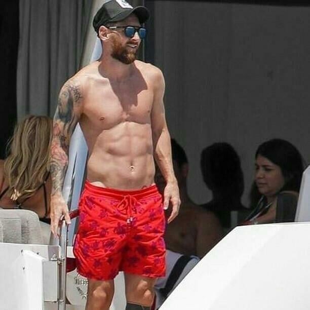 Messi diện quần đùi đỏ cực nổi trên du thuyền - Bóng Đá