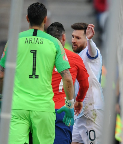 Ảnh Messi nhận thẻ đỏ - Bóng Đá