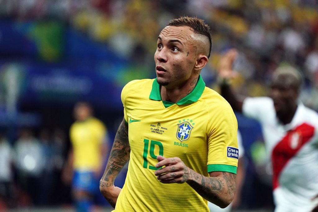 Arsenal đạt thỏa thuận với Everton Soares - Bóng Đá