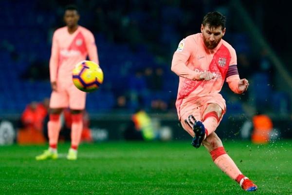 Maradona chỉ Messi đá phạt - Bóng Đá