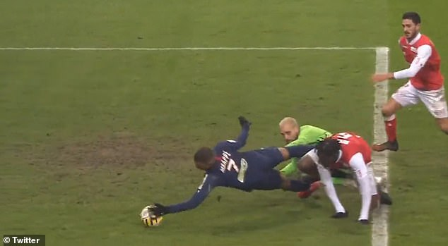 Neymar dùng mông chuyền bóng, Mbappe dùng tay ghi bàn - Bóng Đá