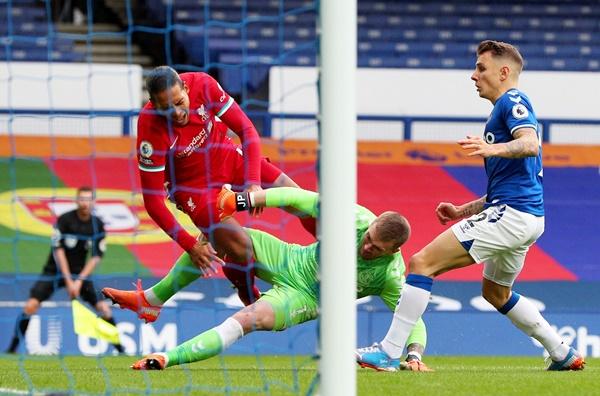 TRỰC TIẾP Everton 0-1 Liverpool: Van Dijk rời sân sớm (H1) - Bóng Đá